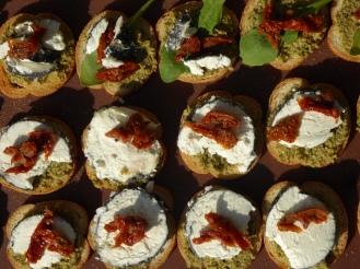 130 x Toasts au fromage de chèvre local avec tomates séchées et tapenade d'olives vertes fait maison