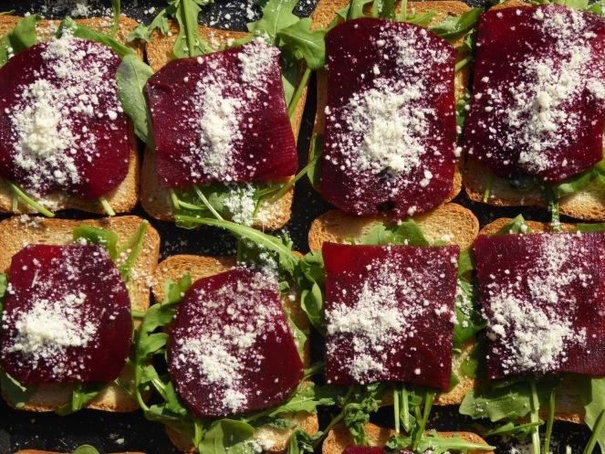 130 x Toasts aux tranches de betteraves cuites marinées avec fromage parmesan et roquette