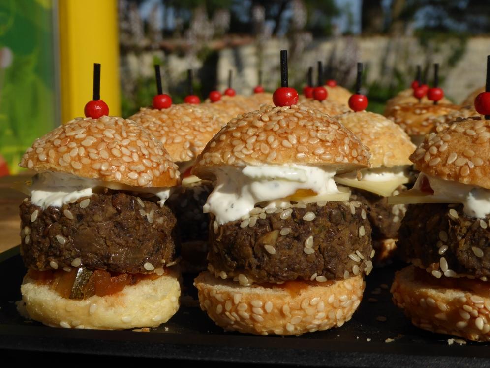 130 x Mini burgers végé avec chutney maison, fromage et sauce tzatziki